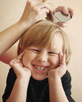 bambino con i pidocchi