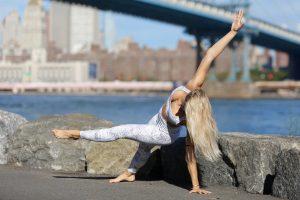 posizioni acrobatiche dello yoga